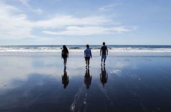 family-walking-on-beachyzlpu4neri